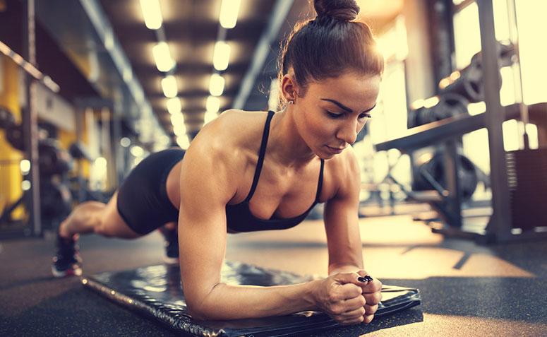 mujer realizando ejercicio tablón