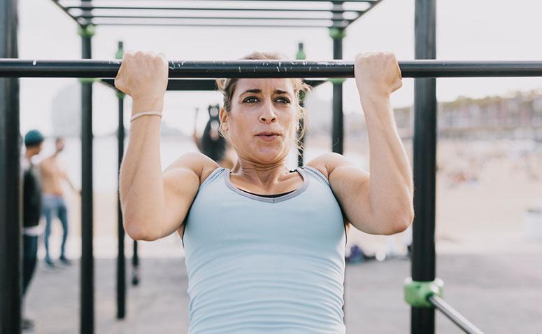 Mujer haciendo ejercicio en barra fija