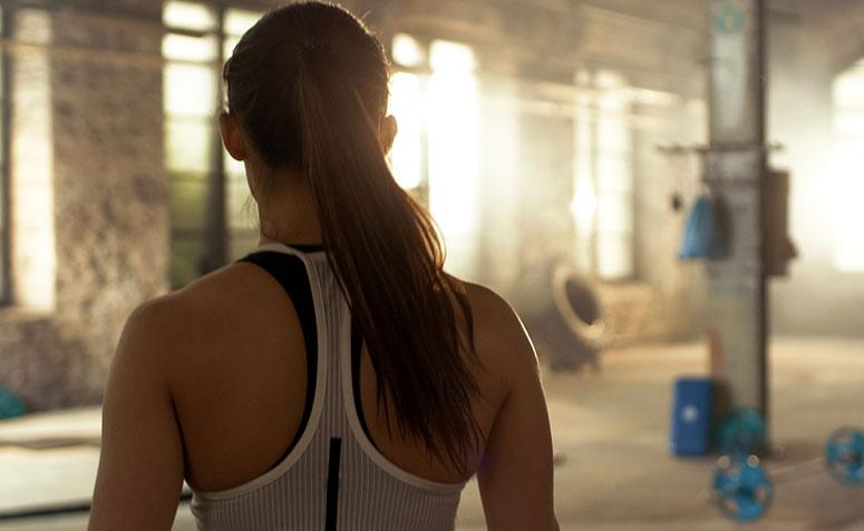 mujer de espaldas mirando el gimnasio