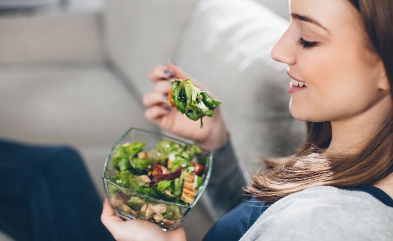 mujer degustando un plato de ensalada
