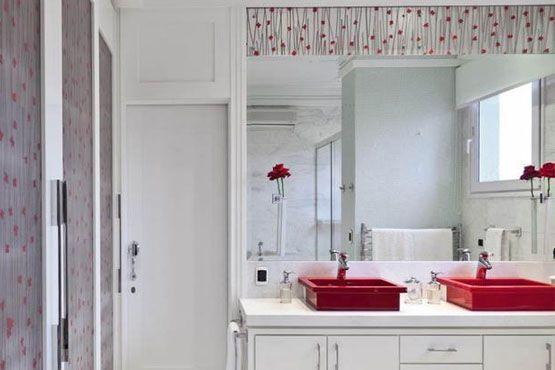 Renovar el color, la textura y el patrón de la pared del baño ayuda a cambiar por completo el entorno.