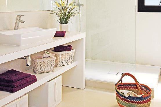 Elija piezas que se destaquen en el baño. Por ejemplo, en un baño blanco use juegos de toallas de colores, y en baños oscuros, prefiera juegos blancos.