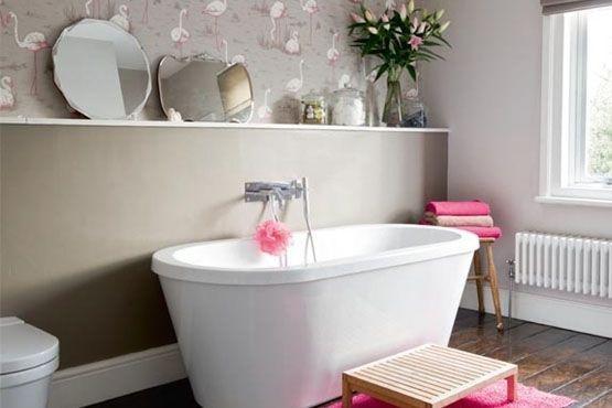 Apuesta por los espejos para decorar el baño y acompañar la decoración con toques femeninos en rosa.