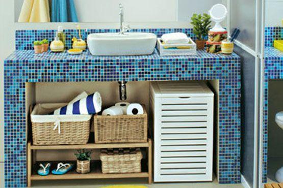 Use cestas y cajas con capucha para organizar los artículos de baño.