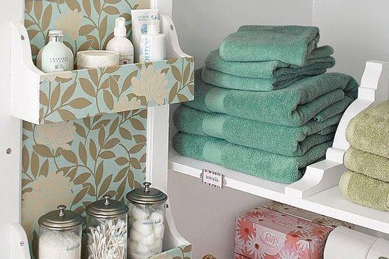 Coordina los distintos elementos que forman parte de la decoración del baño, combinando sus colores y estampados.