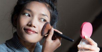 El polvo translúcido reduce la grasa de la piel y garantiza la duración del maquillaje.
