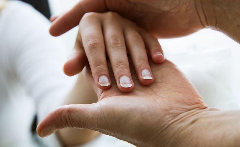 Mujer descubre cáncer después de que una manicura advirtiera sobre una mancha en las uñas