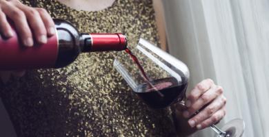 Cómo abrir vino sin sacacorchos: 6 formas alternativas y prácticas