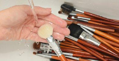 Cómo limpiar la brocha de maquillaje: consejos para hacer tus brochas nuevas