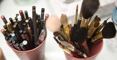 Diferentes formas de organizar los artículos de maquillaje.