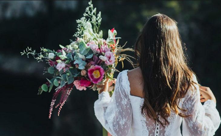 novia sosteniendo ramo